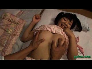 亚洲女孩手指吮吸他的公鸡在房间的床垫上