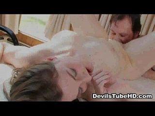 foxy黑发宝贝舔舔和他妈的hard5