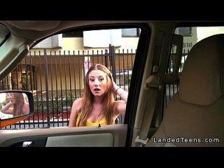 丰满的青少年在汽车和他妈的户外pov口交