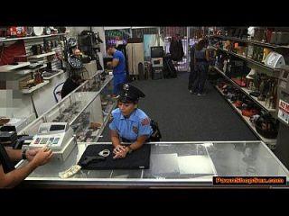 拉尼娜警察女士打击和他妈的典当店更多的现金