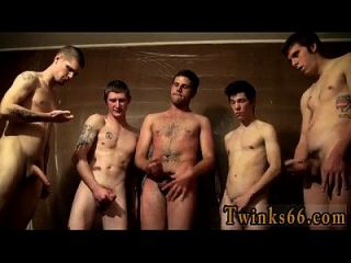 男人们正在聚集在一起,在他身上徘徊,