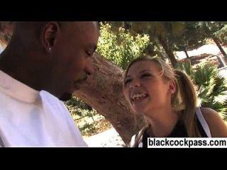 白色女孩遇到一个黑色的钉子,她想要他妈的
