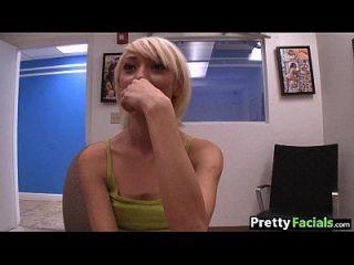 小青少年的金发女郎获得面部更多1.1