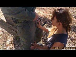 热辣黑发墨西哥女孩被边境巡逻抓住和他妈的1 2