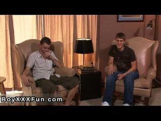 同性恋电影里斯和泰勒的吻,因为他们把衣服脱下来
