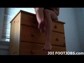 看着我的脚,抚摸你的公鸡