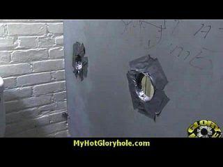 hottie吮吸他妈的黑色公鸡为cusmhot在gloryhole 15