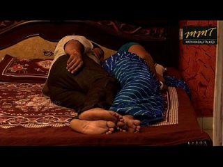 印度房子的妻子和丈夫的朋友一起睡觉时,丈夫深深的睡着了