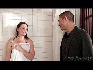 妹妹男朋友他妈的姐姐在淋浴