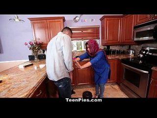 青少年穆斯林女孩赞美啊老公