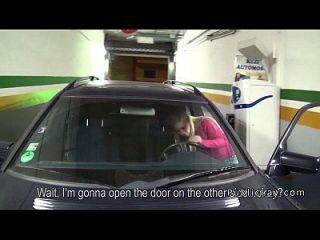 dude他妈的欧元金发女郎在她的车库