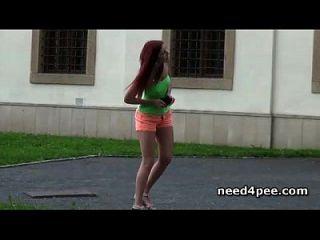 热的青少年女孩在公共场合需要生气