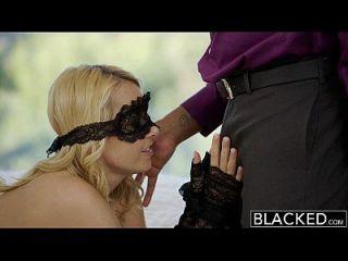 黑色漂亮的金发女友艾莉雅爱和她的黑人情人