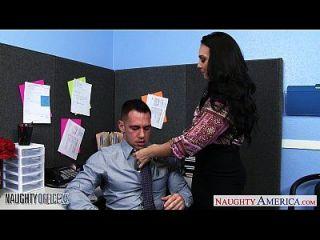 胸部黑发冬奥里西骑公鸡在办公室