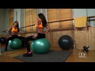 俄罗斯健身宝贝自己在健身房里