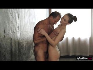 宝贝nataly von在洗澡中得到一些早晨的性感