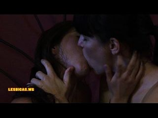 惊人的野生女孩亲吻很热