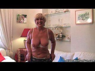 英国的奶奶与大山雀手淫与她的性玩具收藏