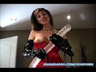 在屁股上挂着一个双重假阳具,由shanda fay