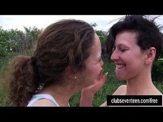 丰满的年轻女同性恋者舔大扭