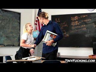 娇小的金发女小学生在他的脑海里有个鸡蛋他妈的在教室里