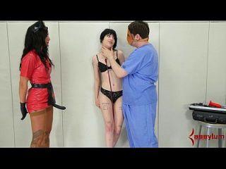 夏洛特萨特在病床上进行粗暴的肛门治疗