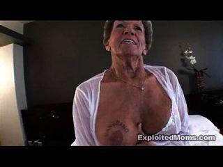 老奶奶在她的屁股肛交视频中拿一只大黑公鸡