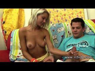 青少年让年长的男朋友脱掉她的胸罩和内裤将他的鸡巴滑入他身上