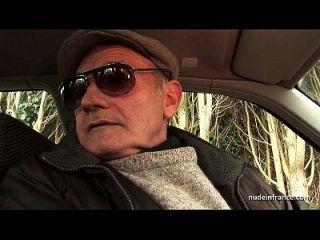 胖乎乎的黑发屁股在一辆车上与papy voyeur三人交错