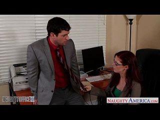 红头发人物在眼镜一分钱他妈的在办公室