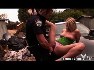 花哨的金发青少年被警察殴打