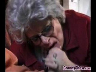 奶奶和这个年轻人做爱