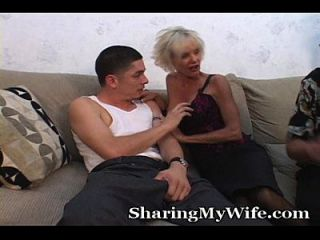 老妈妈他妈的年轻人在老公前面