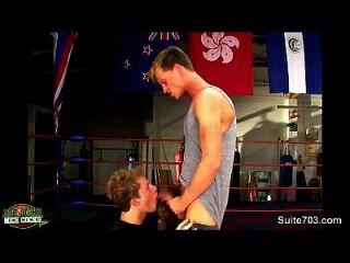 拳击运动员在健身房进行性交