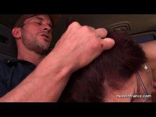 业余红头发的硬肛门他妈的和出租车司机户外的拳头