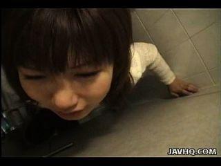 漂亮的亚洲荡妇是小狗的风格,他妈的在厕所里
