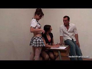 法国学生硬屁股他妈的和ffm三人组在教室里拳打