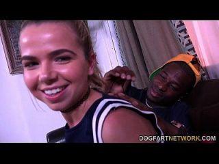 在她的第一场情景之前,alina west接受采访
