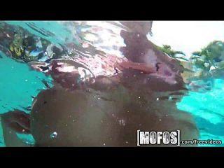 游泳池的mofos大山雀被抓上电影