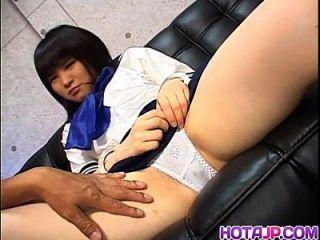 年轻的内内需要在她的阴部的公鸡