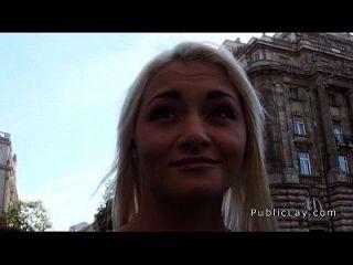 金发的俄罗斯护士在公众场合吸吮和他妈的