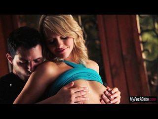米亚·马尔科娃与她在沙发上的爱情充满热情