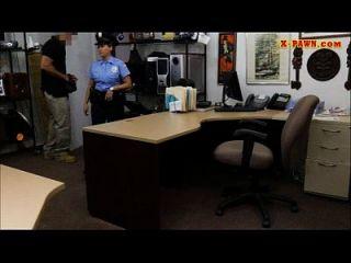 巨大的胸部警察在当铺钱贩上了他们