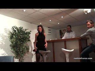 ffm法国成熟的屁股他妈的为她的业余铸造沙发与一个红头发荡妇