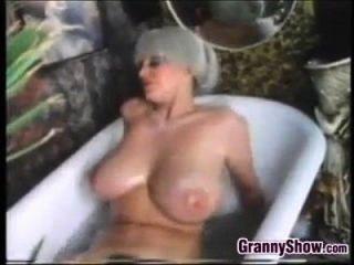 丰盛的奶奶在浴缸里经典