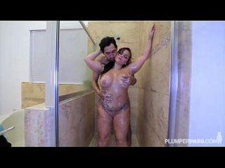 笨笨的笨蛋让她的屁股在淋浴间。。