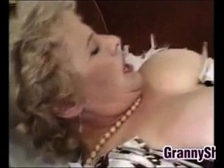 肥胖和丰盛的奶奶享用公鸡