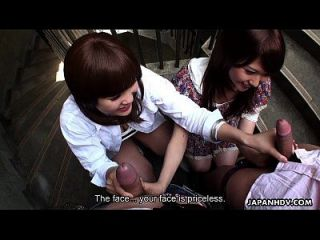 两个肮脏的亚洲荡妇在楼梯间吸吮牙齿