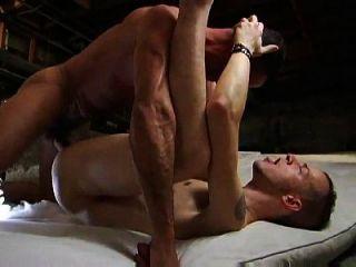 macho folla pasivo y le da su精液en culo