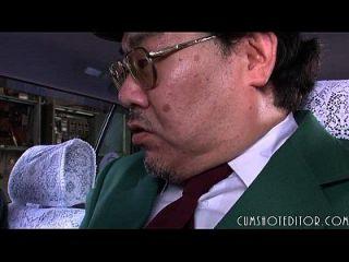 8顺从的日本荡妇吃暨在车里
